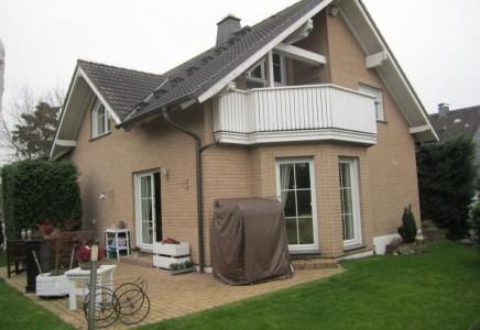 Freistehendes exklusives Zweifamilienhaus im Landhausstil